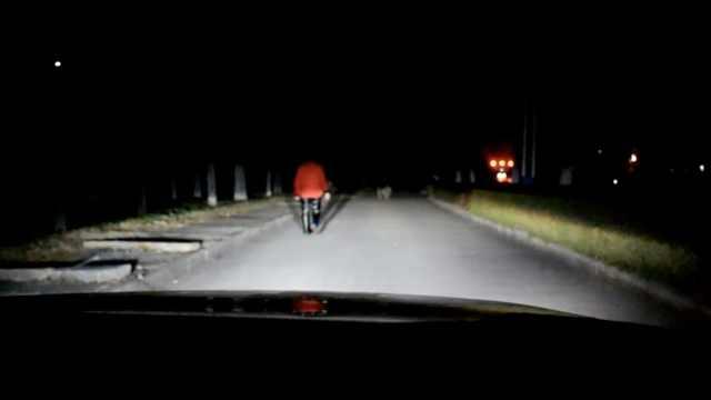 路上没灯,民警开车照亮老人回家路