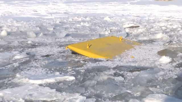 铲车冰面行驶,连人带车3秒被吞噬