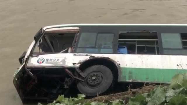 常州一SUV逆向超车,把公交撞入运河