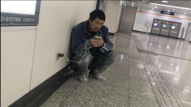 民工寒夜地铁站蹭网:和老婆说会话