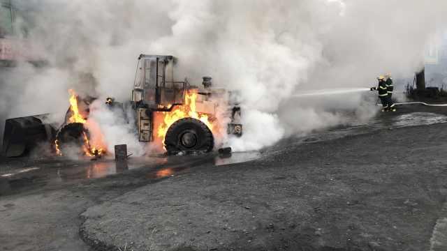 维修时电焊操作不当,铲车燃起大火