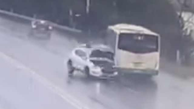 越野车飞速逆行,载客公交被撞下河