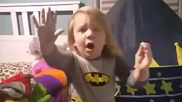 亲妈!偷玩玩具妈咪闯入,萌娃吓傻
