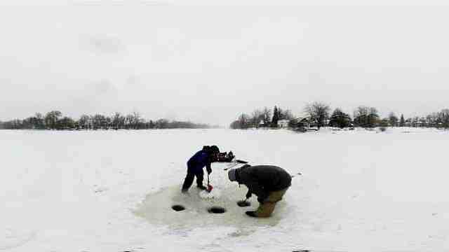都-30℃了,加拿大人还在凿冰抓鱼