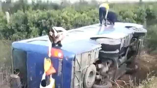 客车侧翻入沟,10余名乘客互助爬出