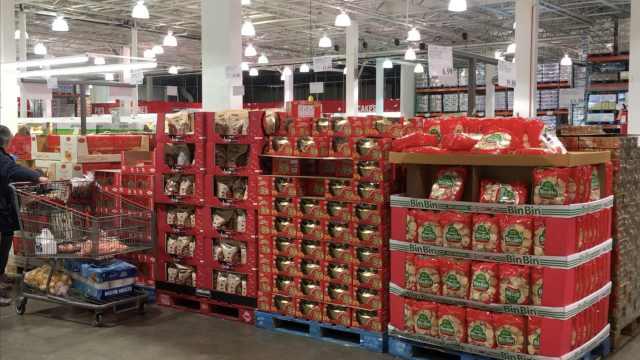 美国超市为春节设专区,满满中国红