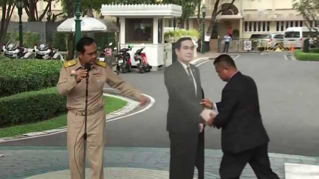 记者会后这位总理竖个纸牌潇洒离去