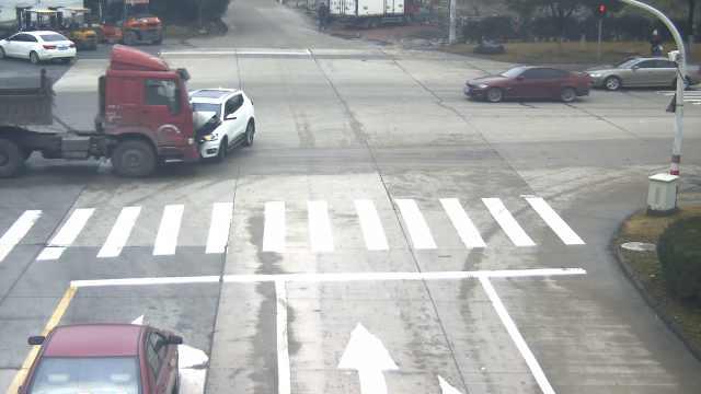 小车加速转弯不避直行,钻进货车底