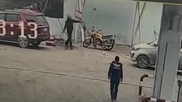 男子赌气,在加油站泼洒汽油被拘留