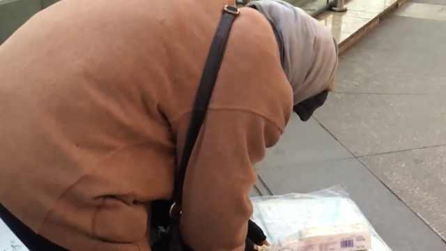 7旬老奶奶卖报纸,为接触社会