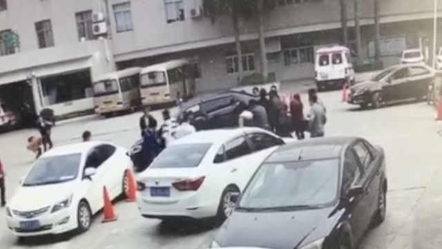险!4岁男童被卷车底,民众抬车救人