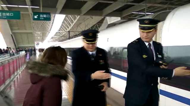 越南籍旅客由于语言不通而滞留站台