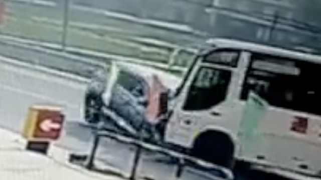 越野迎头撞客车致1死3伤,乘客惊叫