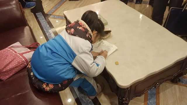 小萝莉等餐时写作业:努力读书养妈