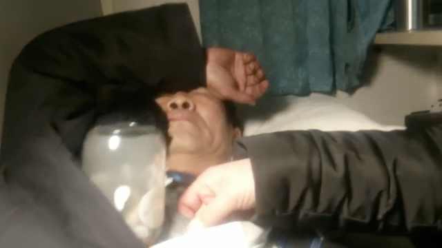 列车长突发晕厥,遇女乘客拔罐施救