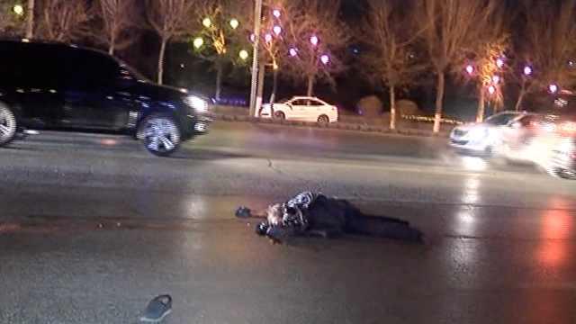 惨!老人横穿马路被撞,倒地又遭拖行