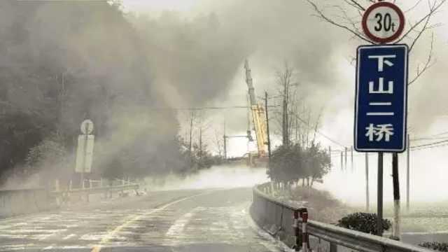 载14吨危化品车侧翻泄漏,雾气弥漫