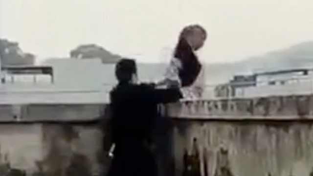 女子跳楼被民警拉住,悬空奋力挣扎