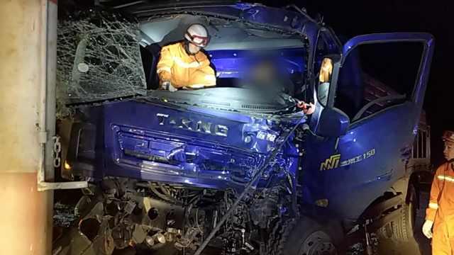 儿子开货车撞杆昏迷,母亲躺地痛哭