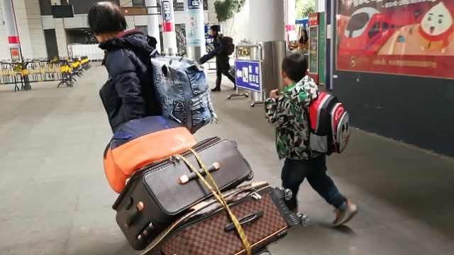 奶奶带孙子提行李,拍客帮忙送到家