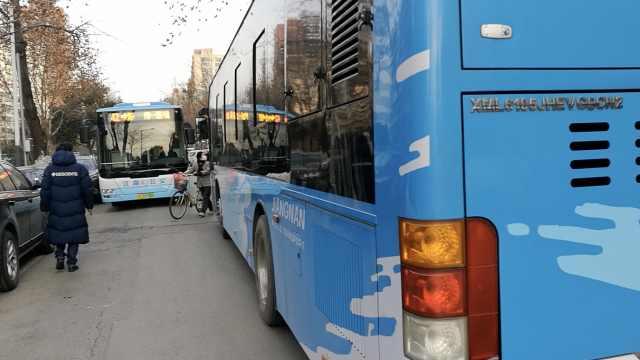 同路公交车狭路相逢,斗气堵40分钟