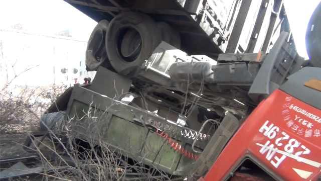 辽宁一货车撞上火车,货车钻火车底