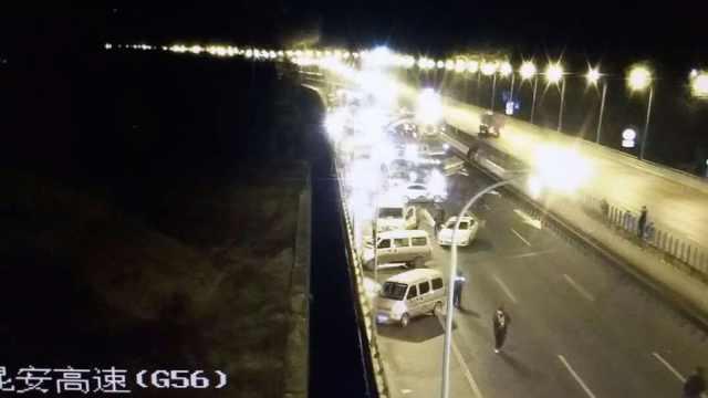 昆楚高速发生车祸,53车相撞4人坠亡