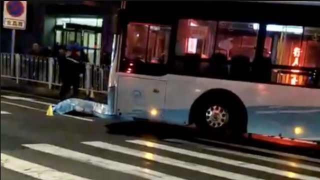 惨!男子加速过马路,遭公交车撞亡