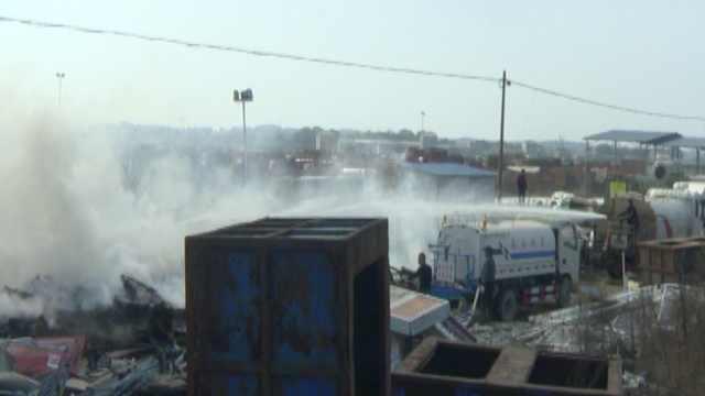 停车场起火浓烟滚滚,2洒水车帮灭火