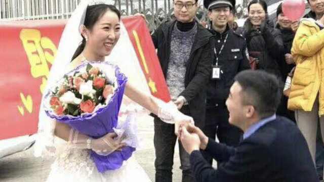 她拉横幅向狱警男友求婚,已相恋9年