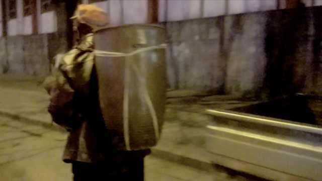 环卫工凌晨下班,捡口缸背回家腌菜