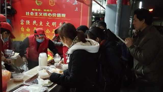 点赞!深圳义工火车站送热粥