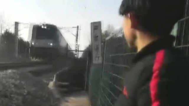 两中学生用生命在铁轨上玩自拍