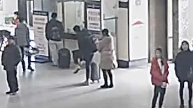 女贼紧盯回家旅客,火车站贴身扒窃