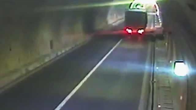 面包车塞满货,隧道中爆胎滑行百米