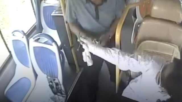 司机自备公交卡,乘客没零钱她帮刷