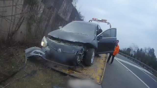 油门误当刹车踩?女司机驾车撞护栏