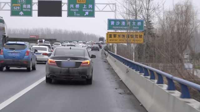 胆大!2司机跟着警车开上高速应急道