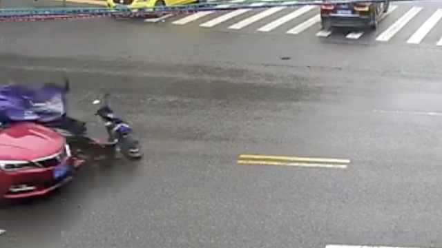 电动车遇上抢行轿车,司机惨被撞飞