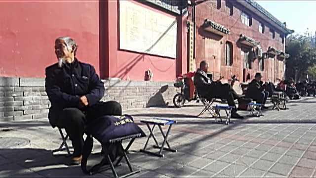 算命一条街先生坐一排,比顾客还多