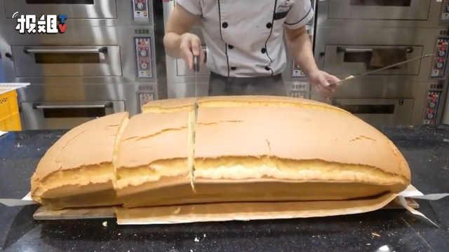 刚出炉的超大芝士蛋糕,非常诱人