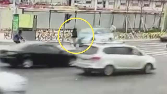 出租车失控冲上安全岛,女子惨遭撞