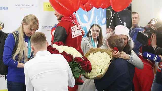 俄运动员回国,男友们接机现场求婚