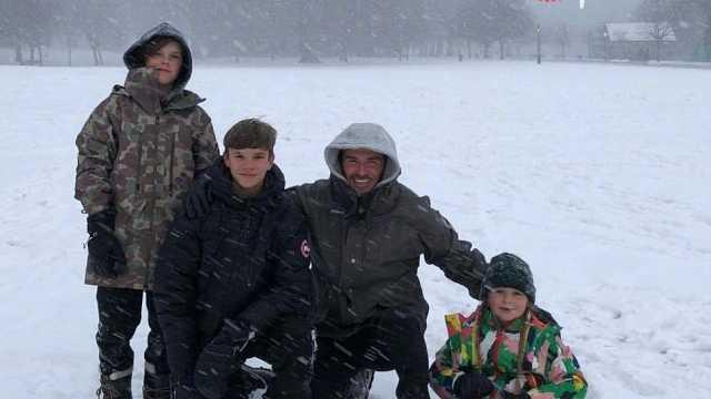 贝克汉姆带儿女玩雪,小七摔倒甜笑