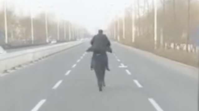 大叔马路上策马奔腾,惊呆后车乘客