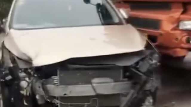 小车高速强行急变道,车头猛撞护栏