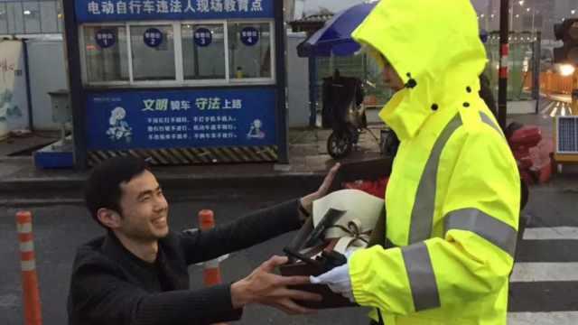 警花街头执勤,小伙突然跪地求婚…