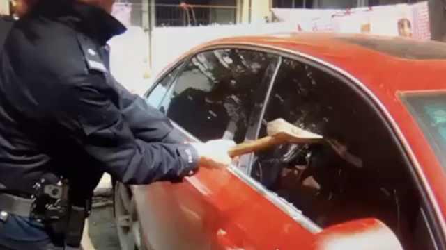 1岁娃困奥迪车内,民警斧头破窗救人