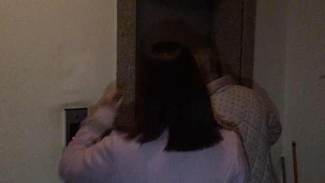 2岁娃被困电梯,物业爬电梯厢救出