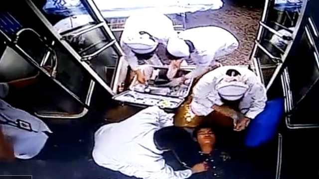 他公交上晕倒,乘客集体要司机送医